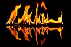 Das Feuer auf schwarzem Glas mit einer Reflexion Lizenzfreie Stockfotos