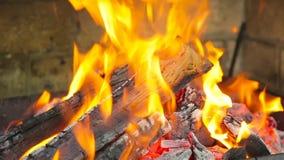 Das Feuer brennt im Kamin stock footage