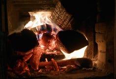 Das Feuer brennt im Kamin stockfoto