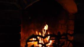Das Feuer brennt zuhause im Kamin stock footage
