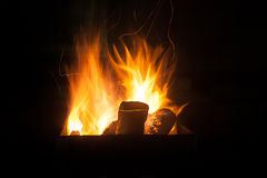 Das Feuer in der Dunkelheit Stockfotos