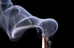 Match mit Feuer und Rauche. stockfoto