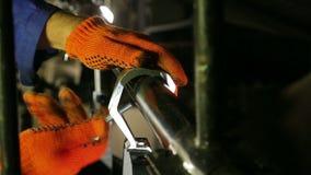 Das Feuerzeug schraubt der Klammer des Effekt-Scheinwerfers ab stock video footage