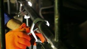 Das Feuerzeug schraubt die Schraube der Klammer des Effekt-Scheinwerfers ab stock video footage