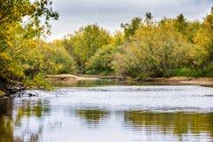 Das Fischen auf dem Kanal des Flusses Nadym stockfotografie