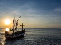 Das Fischerboot auf dem Meer morgens Stockbilder