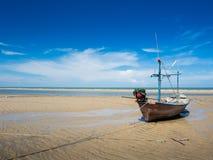 Das Fischerboot festgemacht am Strand Stockfoto