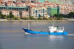 Das Fischerboot stellt Segel ein Lizenzfreies Stockfoto