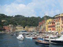 Das Fischerdorf von Portofino, Italien auf der Riviera-Küstenlinie stockbilder