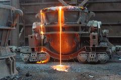 Das fixierte Metall gießt heraus aus einem Schöpflöffel lizenzfreies stockbild