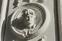 Das Flachrelief mit dem Bild einer jungen Frau Stockbilder