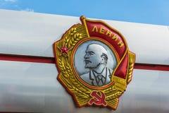 Das Flachrelief von Lenin auf einer Nahaufnahme des blauen Himmels des Hintergrundes Stockfotos
