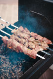 Das Fleisch, das auf dem Grill kocht Lizenzfreies Stockfoto
