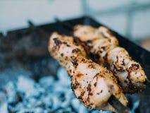 Das Fleisch wird auf einem Grill gebraten Shashlik lizenzfreie stockbilder
