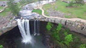 Das Fliegen über Noccalula fällt Park und Campingplätze stock footage