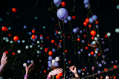 Das Fliegen gelb und Blau steigt Himmelnacht im Ballon auf Lizenzfreies Stockbild