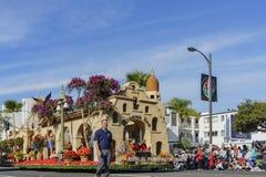 Das Floss des schönen Flussufers in berühmten Rose Parade Lizenzfreie Stockbilder