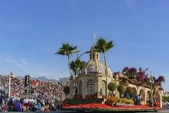 Das Floss des schönen Flussufers in berühmten Rose Parade Lizenzfreies Stockfoto