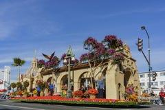 Das Floss des schönen Flussufers in berühmten Rose Parade Lizenzfreies Stockbild