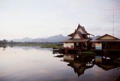 Das Floss im Fluss Kwai, Kanjanaburi, Thailand Stockbilder