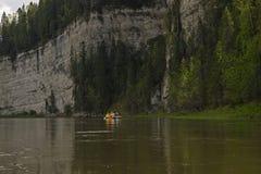 Das Flossteam reist entlang den Fluss lizenzfreies stockbild