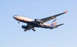 Das Fluglinie Airbus--A330flugzeug Aeroflot kommt in das Land am Sheremetyevo-Flughafen Lizenzfreies Stockbild