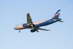 Das Flugzeug Aeroflot Fluglinie Airbusses A320, das am Sheremetyevo-Flughafen absteigt Lizenzfreie Stockbilder