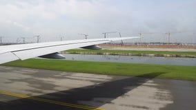 Das Flugzeug auf der Rollbahn, die sich vorbereitet sich zu entfernen Ansicht des Fl?gels der Flugzeuge vom Fenster stock video footage