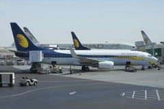Das Flugzeug Boeings 737NG (VT-JBK) von Jet Airway wird für Flug am Flughafen von Abu Dhabi vorbereitet Stockbilder