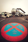 Das Flugzeug, das auf Ljubljana-Flughafen ohne Parken geparkt wird, unterzeichnen herein Front Lizenzfreies Stockfoto
