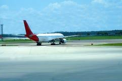 Das Flugzeug, das zu betriebsbereit ist, entfernen sich Stockbild