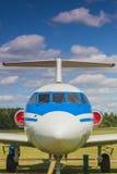 Das Flugzeug des Passagiers YAK-40 auf Anzeige in Minsk stockbild