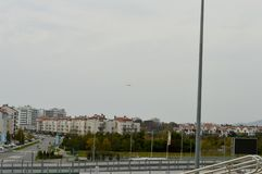 Das Flugzeug fliegt über das olympische Dorf Stockfotografie