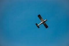 Das Flugzeug fliegt gegen den blauen Himmel stockfotos