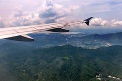Das Flugzeug flog auf den blauen Himmel Stockfoto