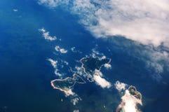 Das Flugzeug flog in den blauen Himmel und in die weißen Wolken Stockfoto
