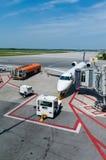 Das Flugzeug am Flughafen lizenzfreie stockfotos
