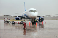 Das Flugzeug am Flughafen auf Laden Lizenzfreie Stockfotografie