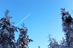 Das Flugzeug im Himmel Stockfoto