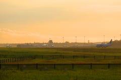 Das Flugzeug ist auf dem Asphalt von Pulkovo-Flughafen, der Juli-Abend St Petersburg Stockfoto