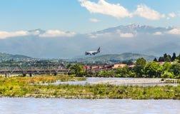 Das Flugzeug landet am Flughafen von Sochi lizenzfreies stockbild