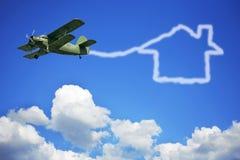 Das Flugzeug und das Haus Lizenzfreie Stockfotos