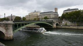 Das Fluss-Kreuzfahrtsegeln holen Reisenden Passagiere Ausflug und Betrachten alter Stadt-Paris-Stadt Flussufer von der Seine stock footage