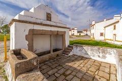 Das Fonte Branca (weißer Brunnen), ein Brunnen des 15. Jahrhunderts in Flor da Rosa nahe dem Kloster Stockbild
