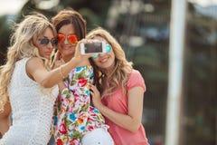 Das Foto auf den Freundinnen des Erholungsortes drei Stockbilder