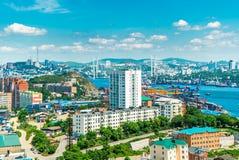Das Foto der Stadt durch das Meer lizenzfreie stockfotos