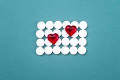 Das Foto von weißen Tabletten und von Drogen auf einem blauen Hintergrund Stockfoto