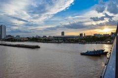 Das Frachtschiff ist eine der Sachen, die in Chao Phraya River gesehen werden, das neben der Hauptstadt ist, Bangkok lizenzfreie stockfotografie