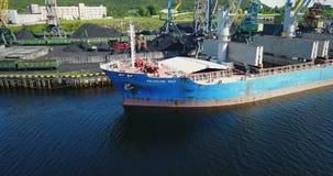 Das Frachtschiff ist im Hafen-Pier am Laden der Kohle stock video