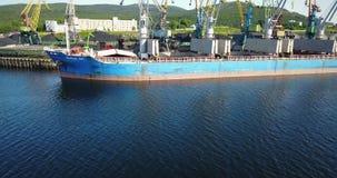 Das Frachtschiff ist im Hafen-Pier am Laden der Kohle stock footage